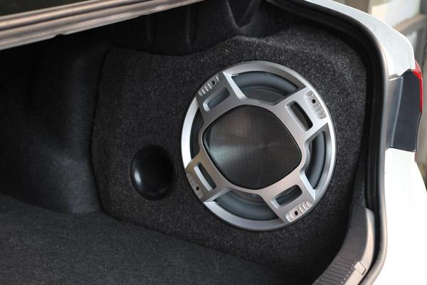 尾箱改装锐志专车专用低音炮——专车专用低音炮是利用后尾箱凹位进行
